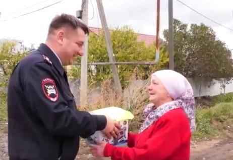 Андрей Малюгин начальник ОГИБДД ОВД Сергач вручает подарок Разии Каримовой